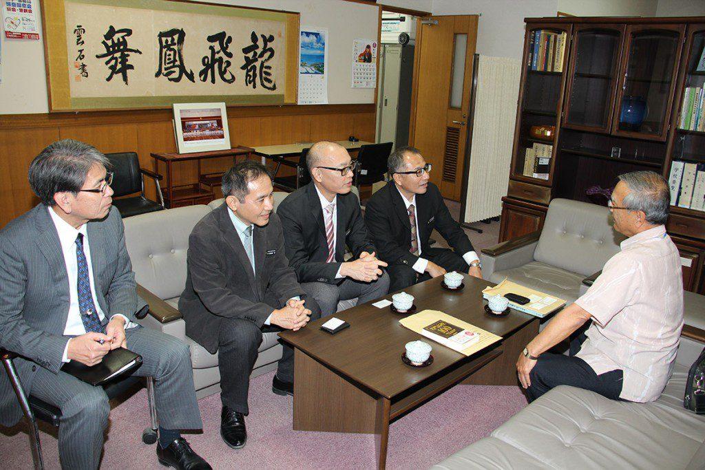 宮里同窓会長が那覇高校を表敬訪問