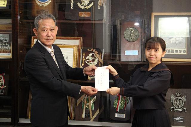 第12期A氏奨学生への認定証と奨学金の贈呈