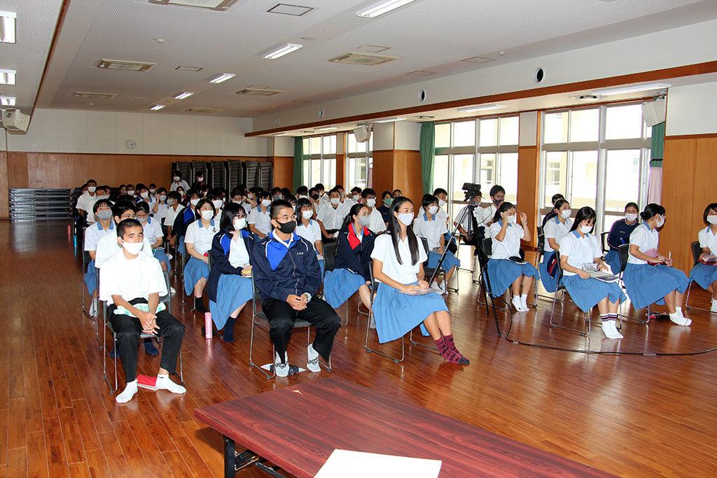 城岳講座、大講堂と各教室への配信で実施:生徒は各学級代表60人が参加
