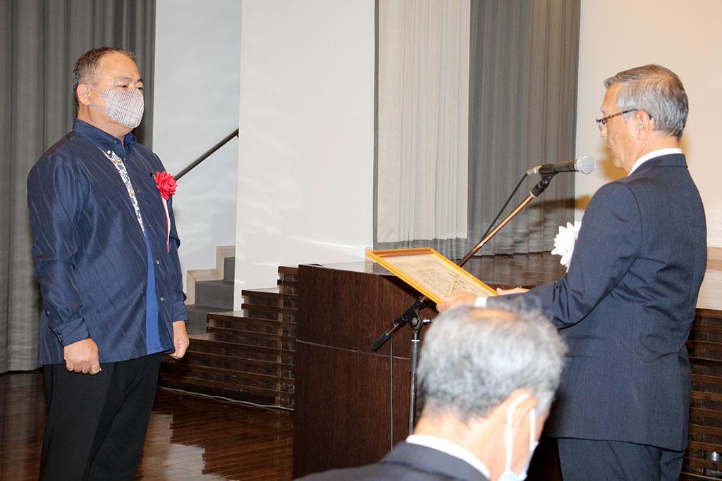 宮城 勉第26代学校長へ感謝状の贈呈
