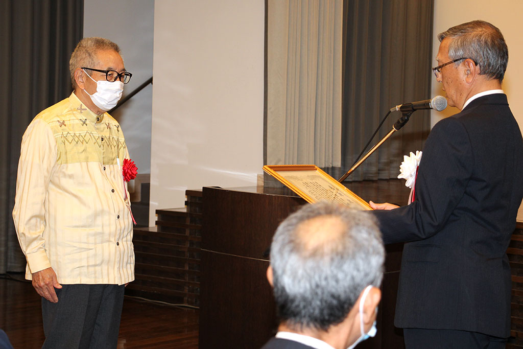 嘉数 昇明第8代同窓会長へ感謝状の贈呈