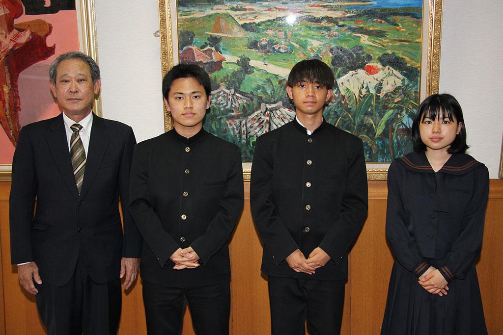 左から森田邦弘副会長、下地雄斗君、中原伊織君、金城凛花さん