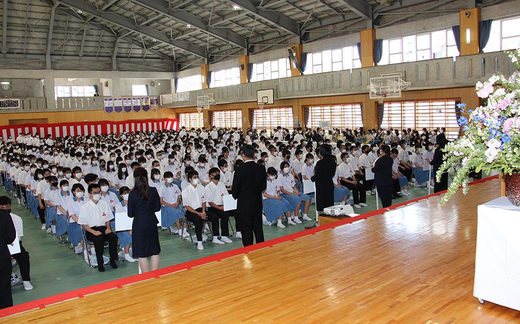 学級担任に先導され、新入生400人が勢揃う