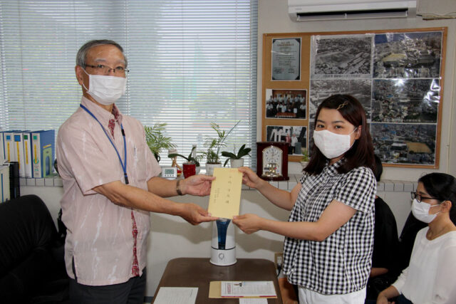 A氏奨学生13期生:金城凛花さんへ奨学金を贈呈する